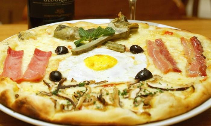 Mozzarella, cogumelos, azeitonas pretas e bacon na redonda da Capricciosa. Foto: Hudson Pontes / O Globo