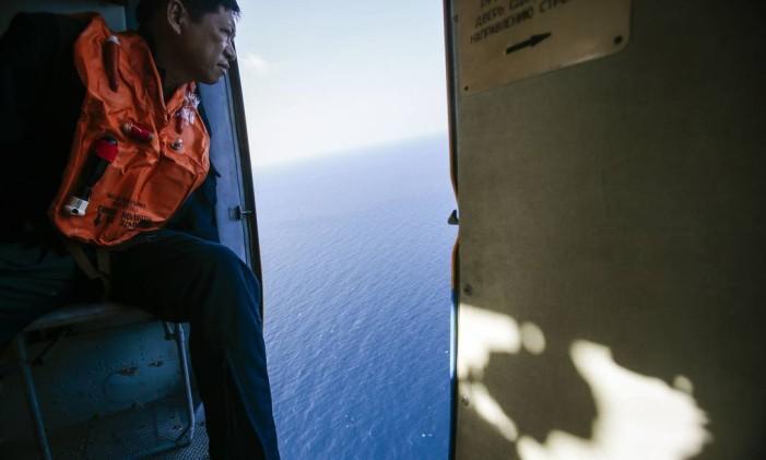 Equipes de busca vasculham o Oceano Índico desde o desaparecimento, em busca de sinais da aeronave Foto: Athit Perawongmetha / REUTERS
