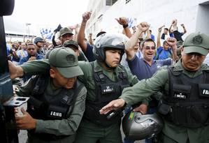 Sob protestos e palavras de ordem, militares ocupam depósitos da Polar Foto: CARLOS GARCIA RAWLINS / REUTERS