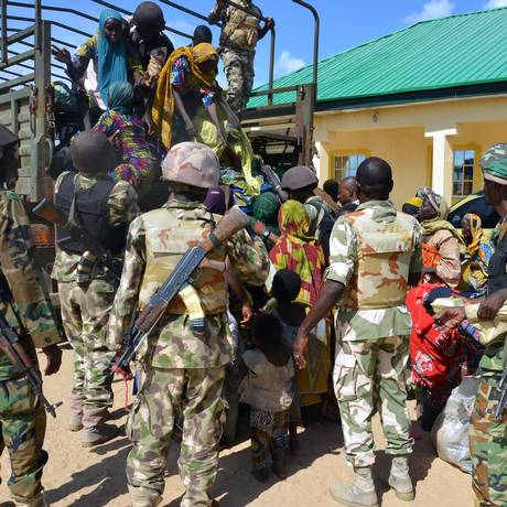 Soldados levam crianças resgatadas em Maiduguri Foto: - / AFP