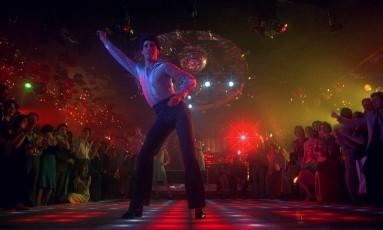 John Travolta, como Tony Manero, no ritmo da disco music Foto: Divulgação