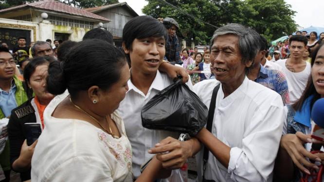 Jornalista Min Wathan é libertado em Yangon Foto: Khin Maung Win / AP