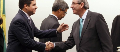 Cunha cumprimenta aliado Hugo Motta, com Luiz Sérgio ao fundo: Kroll analisará contas Foto: Agência O Globo / Givaldo Brabosa/12-03-2015