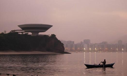 Homem navega próximo ao Museu de Arte Contemporânea Foto: Thiago Lontra / Agência O Globo