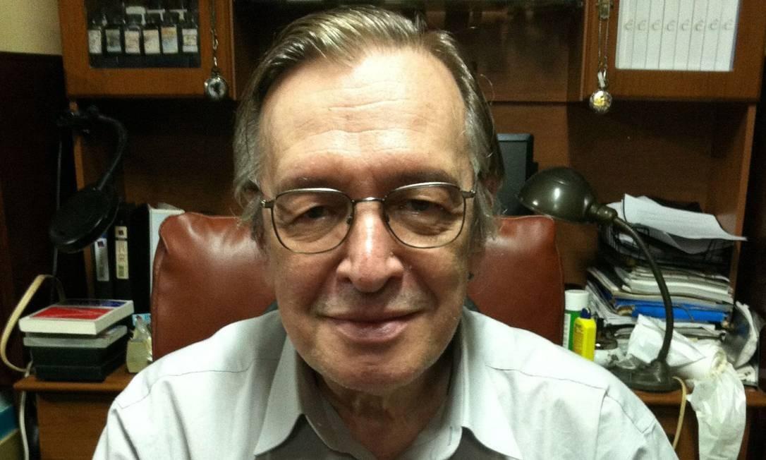 O filósofo Olavo de Carvalho, em 2013, durante o lançamento do livro 'O mínimo que você precisa saber para não ser um idiota' Foto: Arquivo