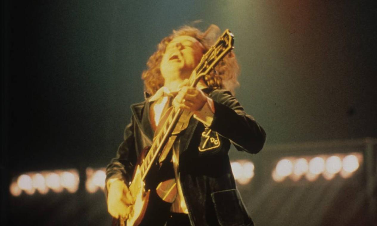 Angus Young do AC/DC, vestido a caráter Foto: Arquivo O Globo