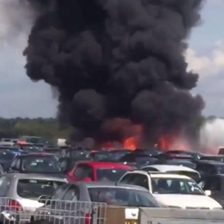 Explosão foi imediata após colisão com carros Foto: Reprodução