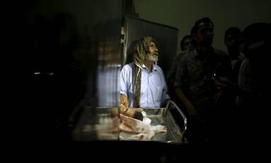 Parentes de adolescente morto na fronteira se reúnem em torno do corpo Foto: MOHAMMED SALEM / REUTERS