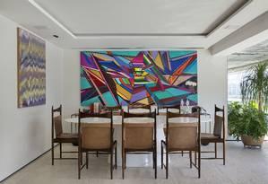 A mesa de resina faz um belo contraste com as cadeiras originais, de Sergio Rodrigues Foto: MCA Studio / Divulgação
