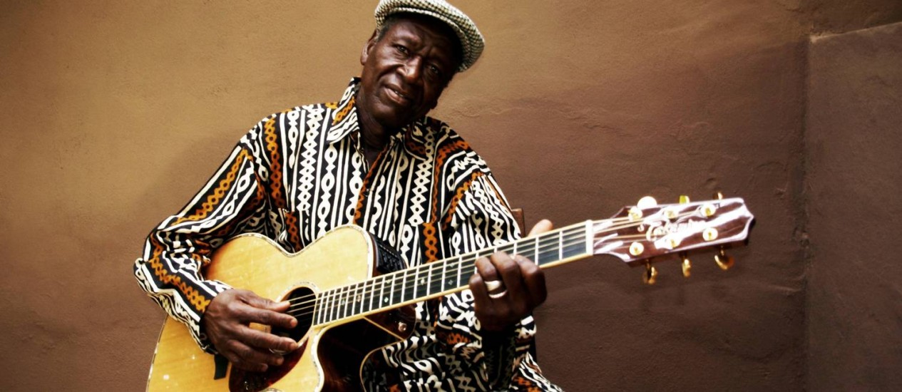 """""""Foi a minha música que me levou ao mundo todo... e continua levando"""", diz, com orgulho, o cantor e violonista do Mali Foto: Divulgação"""