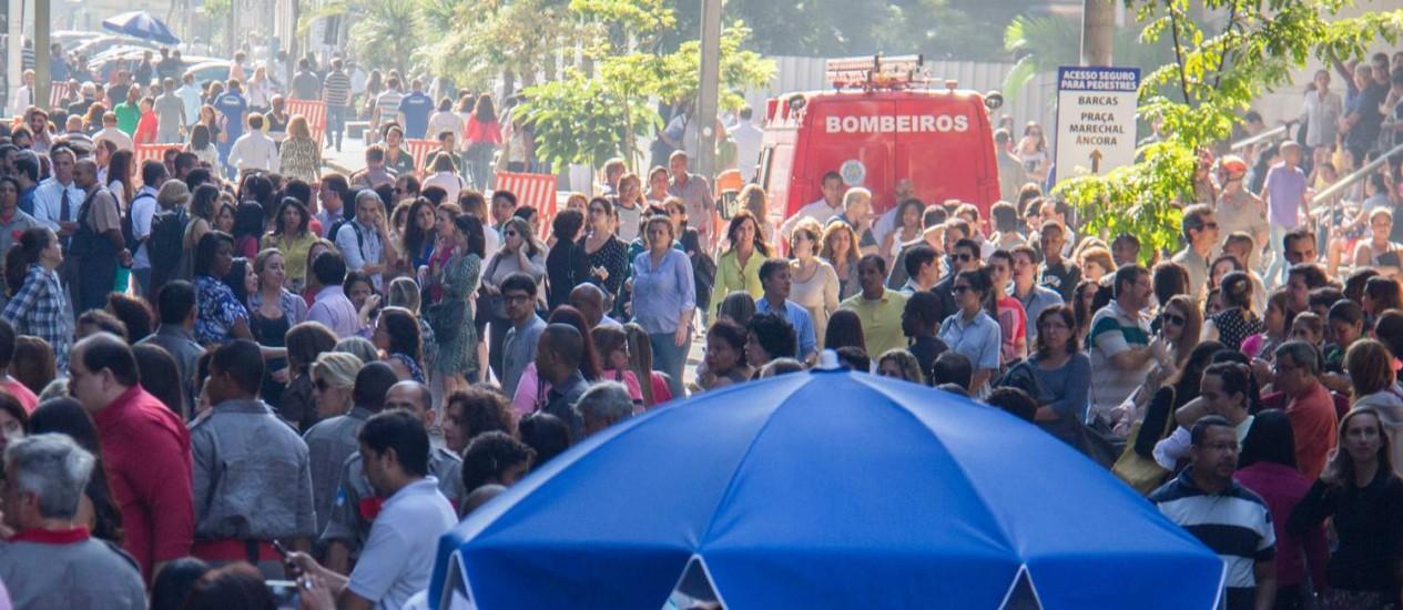 Servidores do Judiciário, advogados e populares desocupam prédio do TJ durante simulação de incêndio Foto: Divulgação/TJRJ