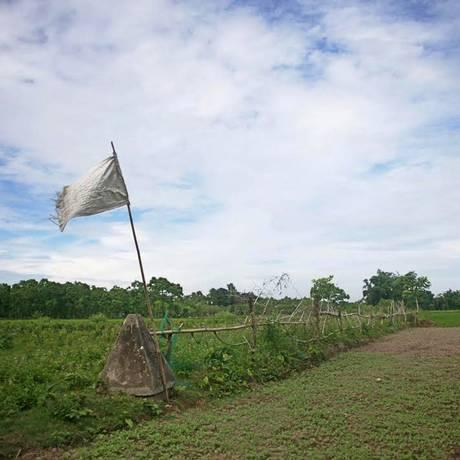 Bandeira indica fronteira no enclave de Dahagram-Angarpota, território de Bangladesh Foto: SUVRA KANTI DAS / AFP