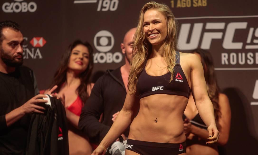 A americana Ronda Rousey foi só sorrisos durante a pesagem Agência O Globo