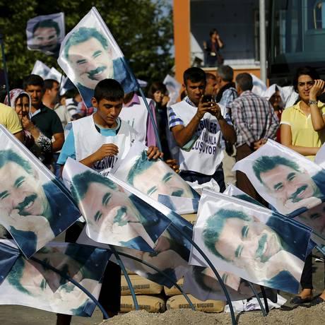 Manifestantes protestam em apoio ao líder preso do PKK, Abdullah Ocalan, em Diyarbakir, na Turquia Foto: UMIT BEKTAS / REUTERS