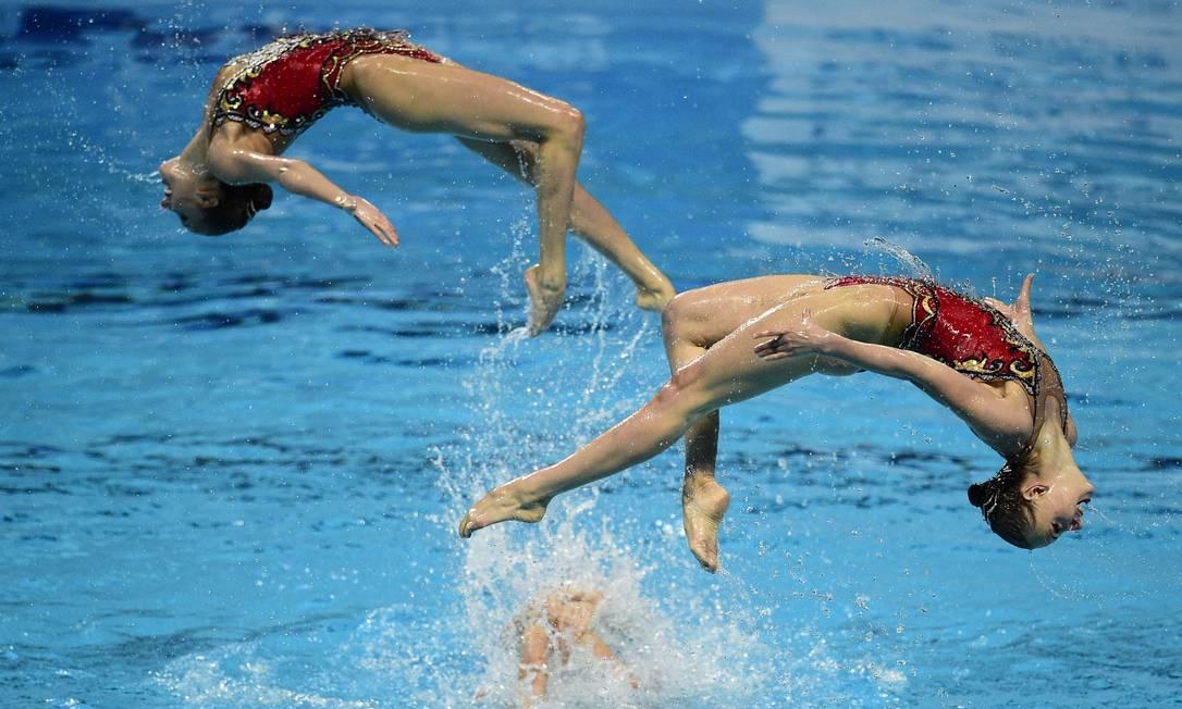 Na final do nado sincronizado em equipe, a apresentação das russas MARTIN BUREAU / AFP