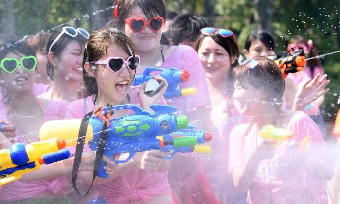 "Jovens japanesas se divertem na ""Corrida da água"", em Tóquio TORU YAMANAKA / AFP"