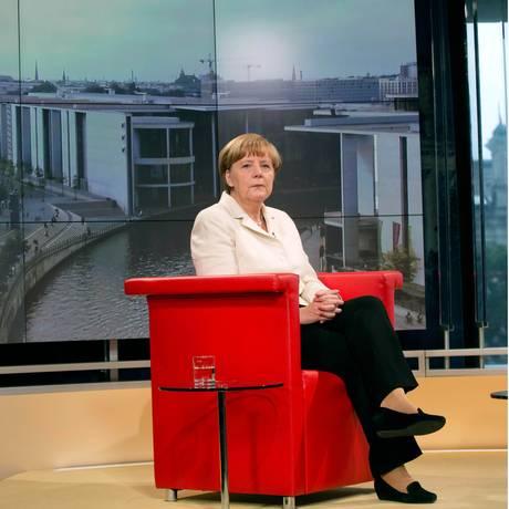A chanceler alemã, Angela Merkel, aguarda para começar uma entrevista nos estúdios da TV alemã ARD, em Berlim Foto: Joerg Carstensen / AP