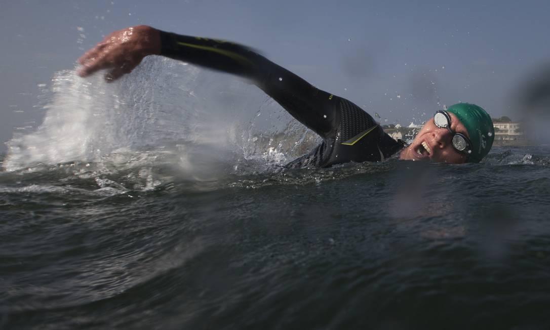 Paratetla nada nas águas de Copacabana Felipe Dana / AP