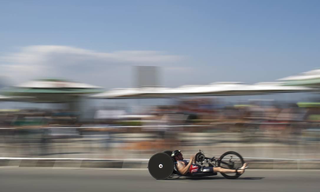 O britanico Phil Hogg em sua bicicleta Felipe Dana / AP