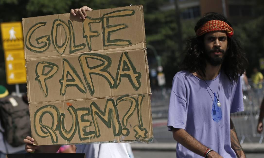 Manifestante protesta contra a construção do campo de golfe, na Barra Silvia Izquierdo / AP