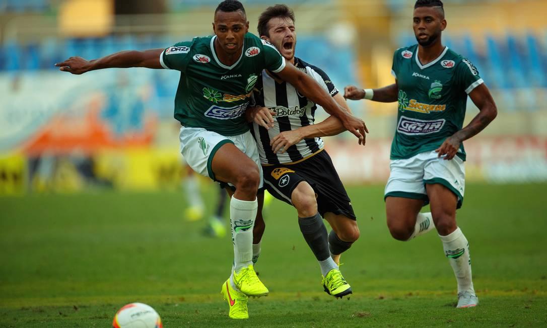 Diego Jardel, do Botafogo, sofre falta na partida contra o Luverdense Daniel Marenco / Agência O Globo