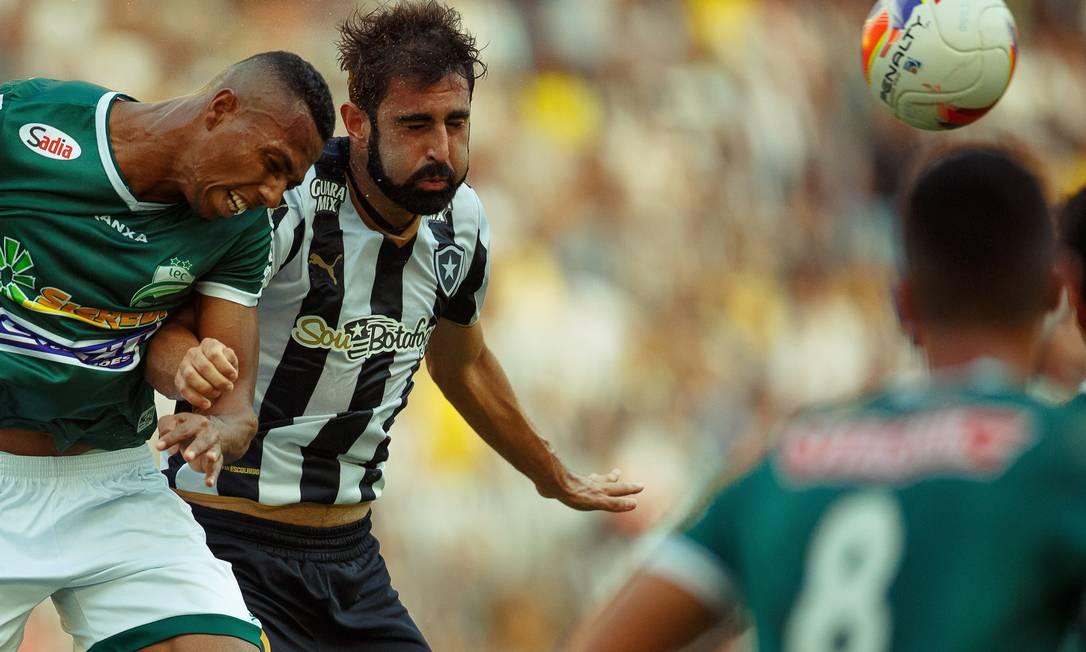 Renan Fonseca divide a bola com um atacante do Luverdense Daniel Marenco / Agência O Globo