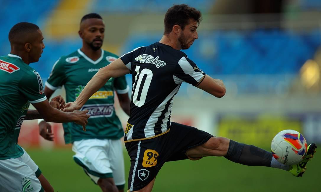 Diego Jardel é marcado em cima por dois jogadores do Luverdense Daniel Marenco / Agência O Globo