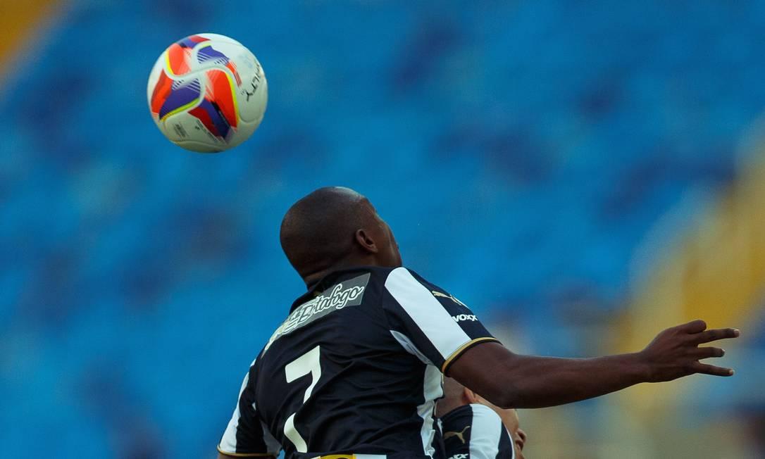 Sassá, do Botafogo, disputa a bola no alto Daniel Marenco / Agência O Globo