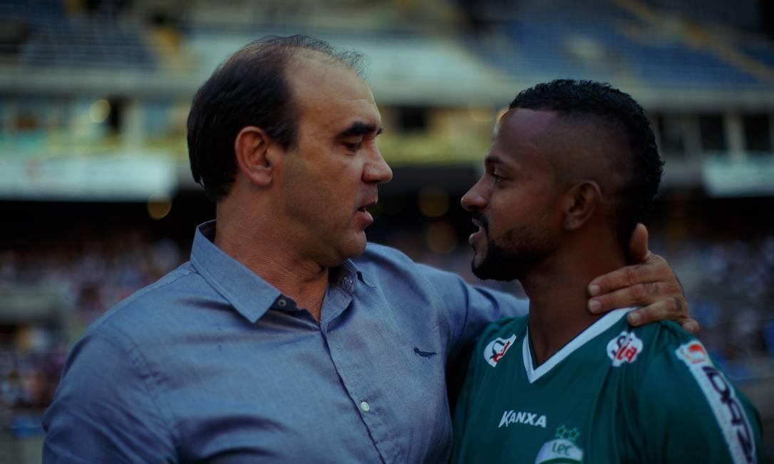 Ricardo Gomes é cumprimentado por um jogador do Luverdense Daniel Marenco / Agência O Globo