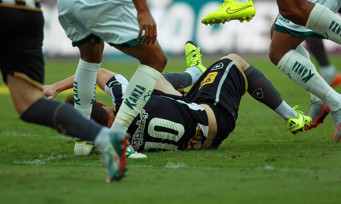 Diego Jardel cai no gramado do Engenhão Daniel Marenco / Agência O Globo