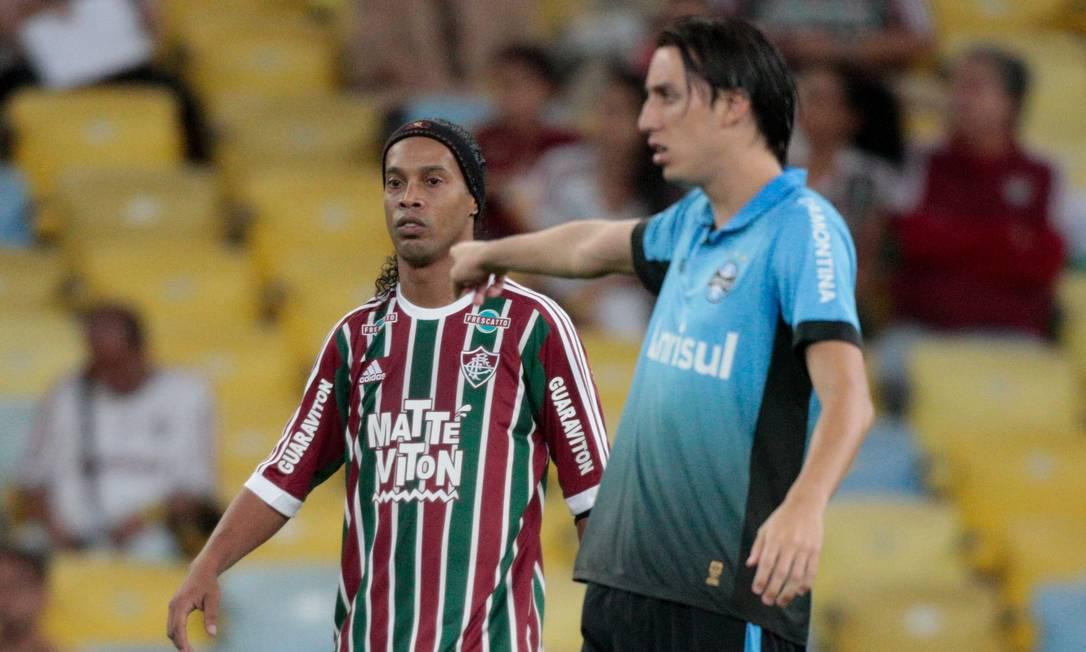 Ronaldinho é marcado por Geromel no Maracanã Pedro Kirilos