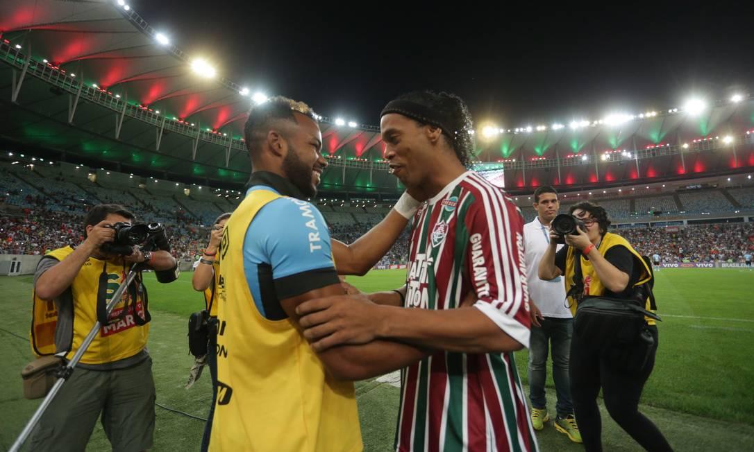 Ronaldinho cumprimenta Fernandinho, com quem jogou no Atlético-MG, em 2013 Márcio Alves / Agência O Globo