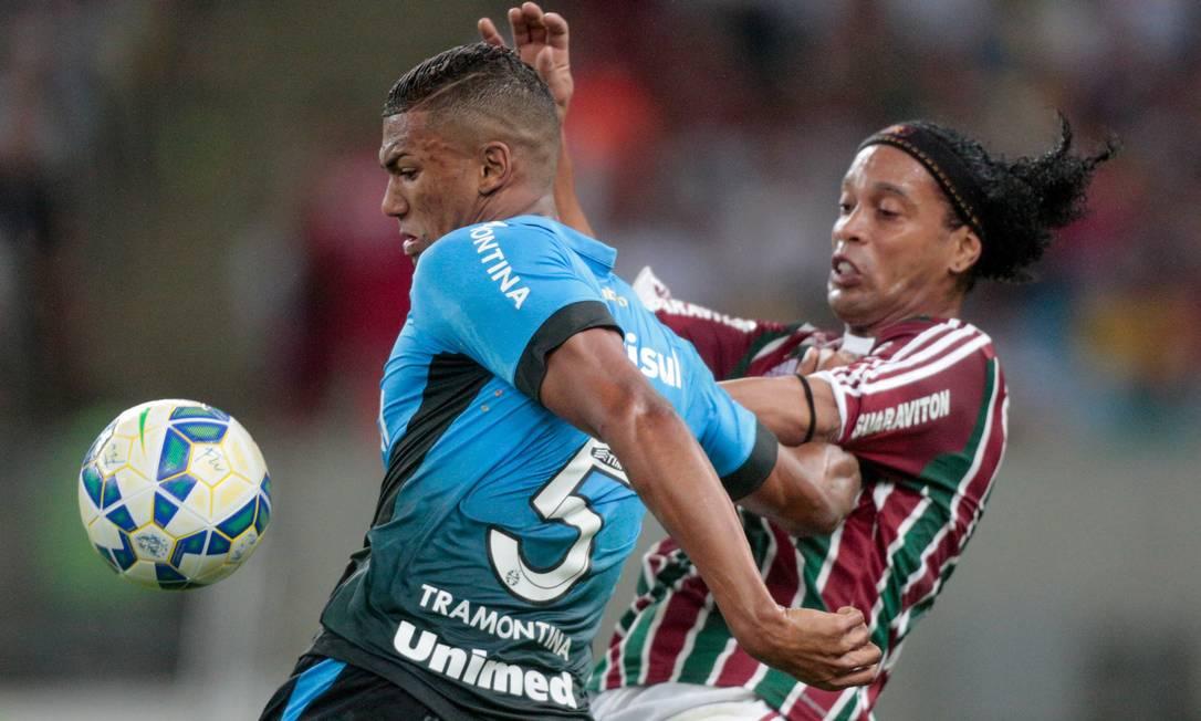 Ronaldinho Gaucho disputa a bola com um jogador do Grêmio, time que o revelou Pedro Kirilos / Agência O Globo