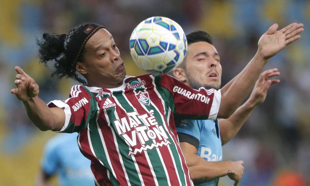 Ronaldinho mata a bola no peito, acossado por um gremista Márcio Alves / Agência O Globo