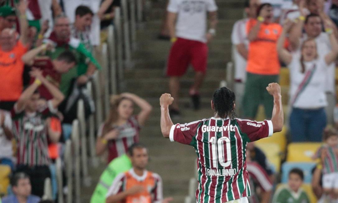 Ronaldinho comemora a vitória na estreia pelo Fluminense Pedro Kirilos