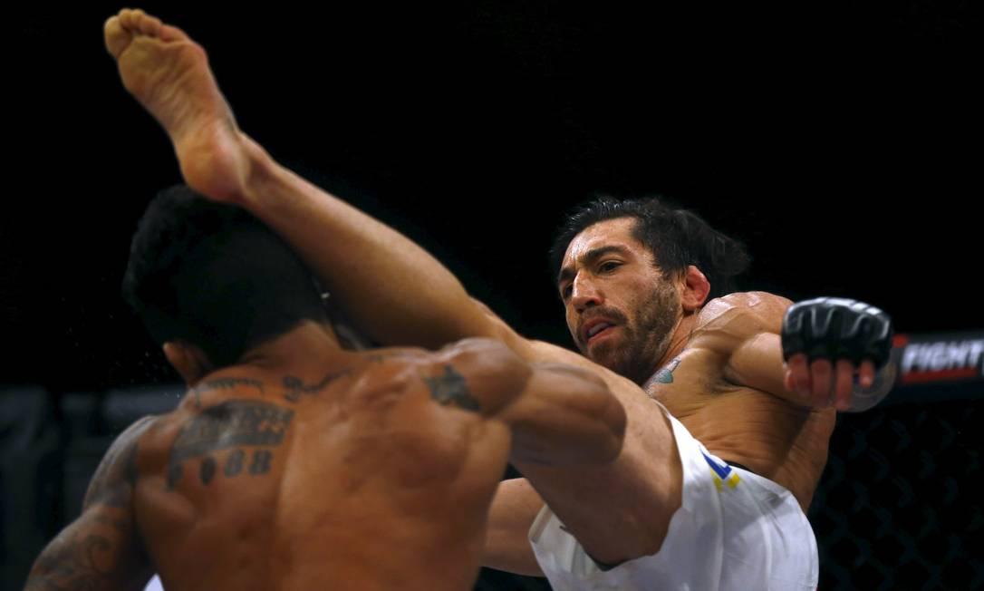 Na primeira luta da noite, o brasileiro Hugo Wolverine, à esquerda, foi derroado pelo argentino Guido Cannetti RICARDO MORAES / REUTERS