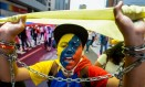 Manifestante protesta contra o cerco à oposição em Caracas: pesquisas mostram MUD com a preferência dos venezuelanos e chances de tomar o controle da Assembleia a quatro meses das eleições legislativas Foto: FEDERICO PARRA / AFP/20-6-2015