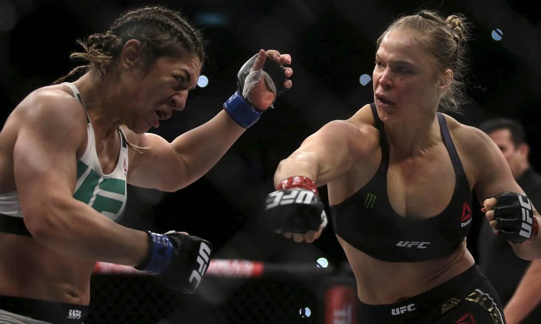 Ronda Rousey dispara o soco contra Bethe Correia na luta em que a americana nocauteou a brasileira, ganhou o prêmio de performance da noite e manteve o cinturão do peso-galo feminino do UFC RICARDO MORAES / REUTERS