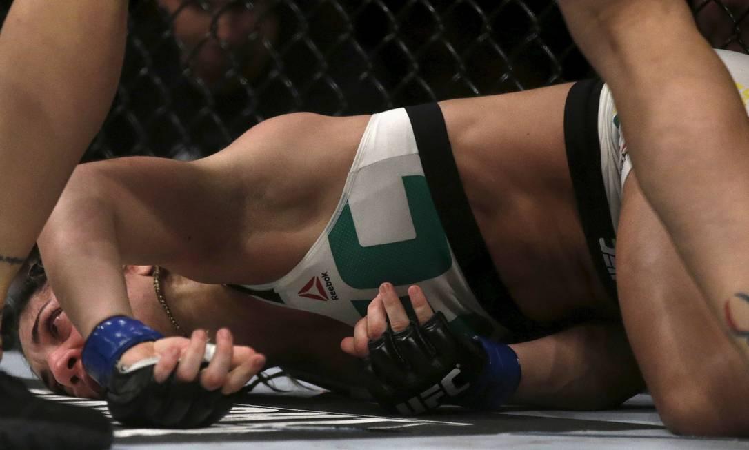 Bethe Correia desaba no chão após ser atingida por um soco de Ronda Rousey na têmpora: nocauteada de forma avassaladora RICARDO MORAES / REUTERS