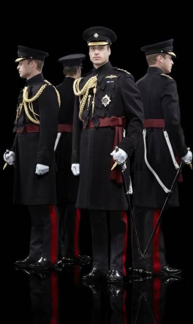 As fotografias da rainha e do príncipe William foram tiradas em 2013 no Castelo de Windsor, mas apenas agora foram divulgadas. Além deles, funcionários que trabalham diretamente com a realeza também foram fotogrados Hugo Rittson-Thomas / AP