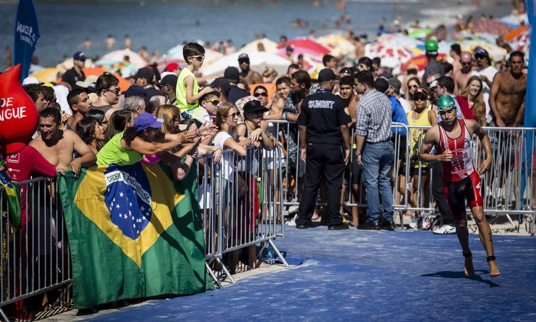 Atleta termina a prova de natação e parte para a bicicleta Fernando Lemos / Agência O Globo