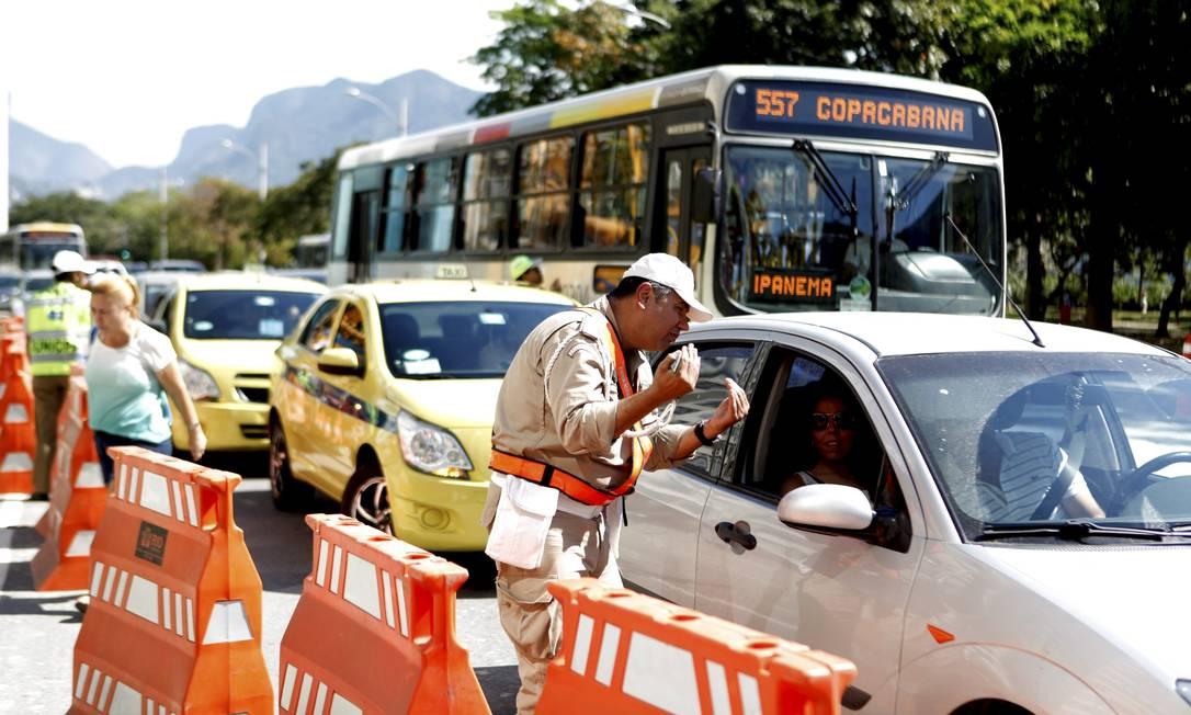 Para tentar evitar maiores problemas no trânsito, agentes da Guarda Municipal orientam motoristas na Lagoa Gustavo Stephan / Agência O Globo