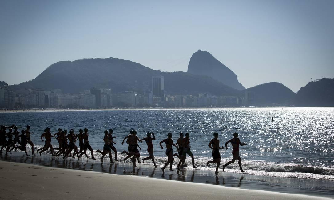 Triatletas correm para o mar, na primeira etapa do triatlo Fernando Lemos / Agência O Globo