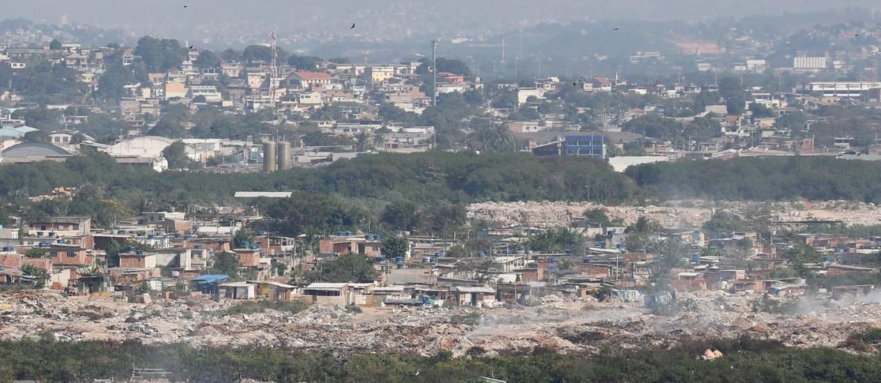 Depósito de lixo dominado pelo tráfico nos arredores do antigo aterro de Gramacho: bandidos cobram R$ 40 para caminhões jogarem lixo ilegalmente Foto: Pablo Jacob / Pablo Jacob