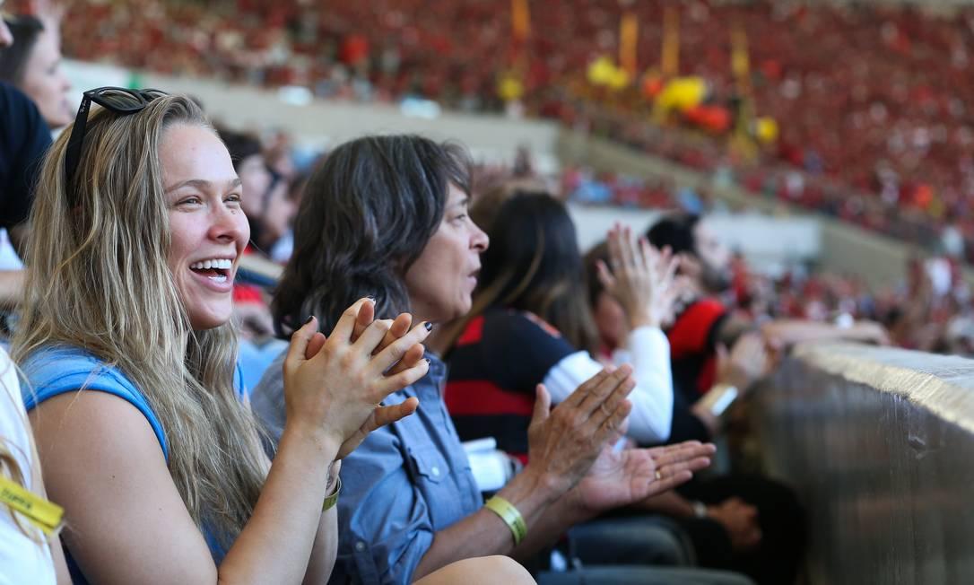 Horas depois de nocautear Bethe Correia no UFC Rio, Ronda Rousey se divertiu em jogo do Flamengo no Maracanã Staff Images / Divulgação