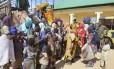 Mulheres e crianças resgatadas do Boko Haram por soldados do Exército nigeriano chegam a um posto militar