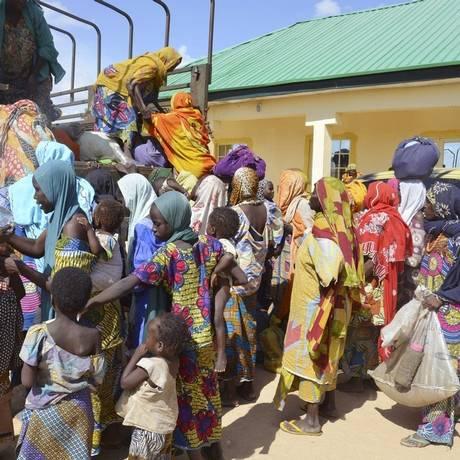 Mulheres e crianças resgatadas do Boko Haram por soldados do Exército nigeriano chegam a um posto militar Foto: Jossy Ola / AP
