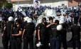 A polícia antidistúrbios turca tenta controlar manifestantes curdos em Diyarbakir, que protestavam contra a prisão do líder regional Abdullah Ocalan: violência cresce dos dois lados