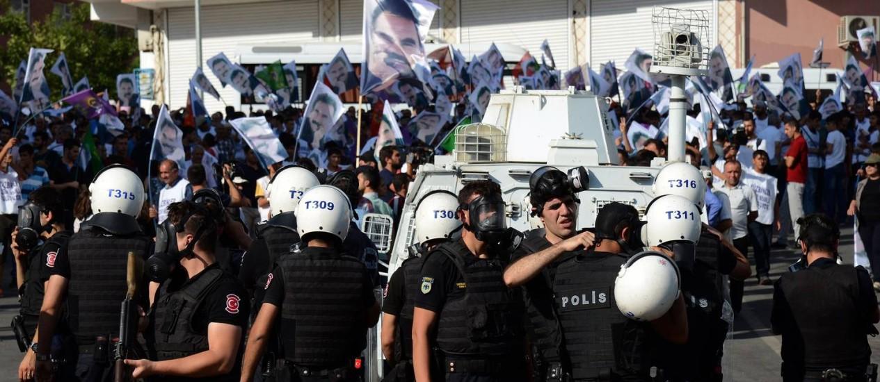 A polícia antidistúrbios turca tenta controlar manifestantes curdos em Diyarbakir, que protestavam contra a prisão do líder regional Abdullah Ocalan: violência cresce dos dois lados Foto: ILYAS AKENGIN / AFP