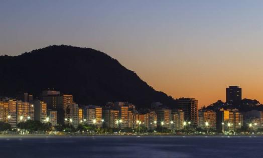 Primeiro raios de sol na orla de Copacabana, na Zona Sul do Rio Foto: Thiago Lontra / Agência O Globo